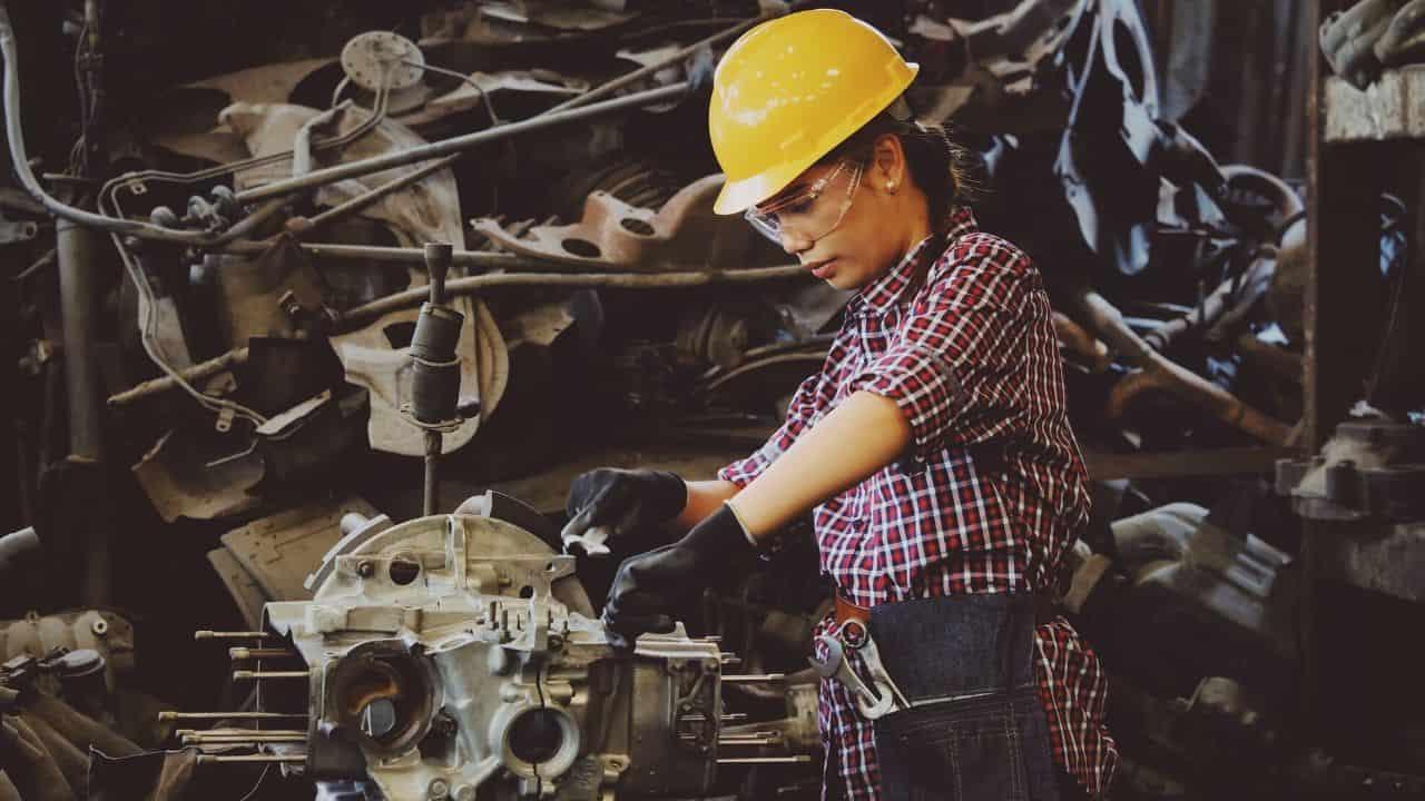 trabajo de mujer en una fabrica