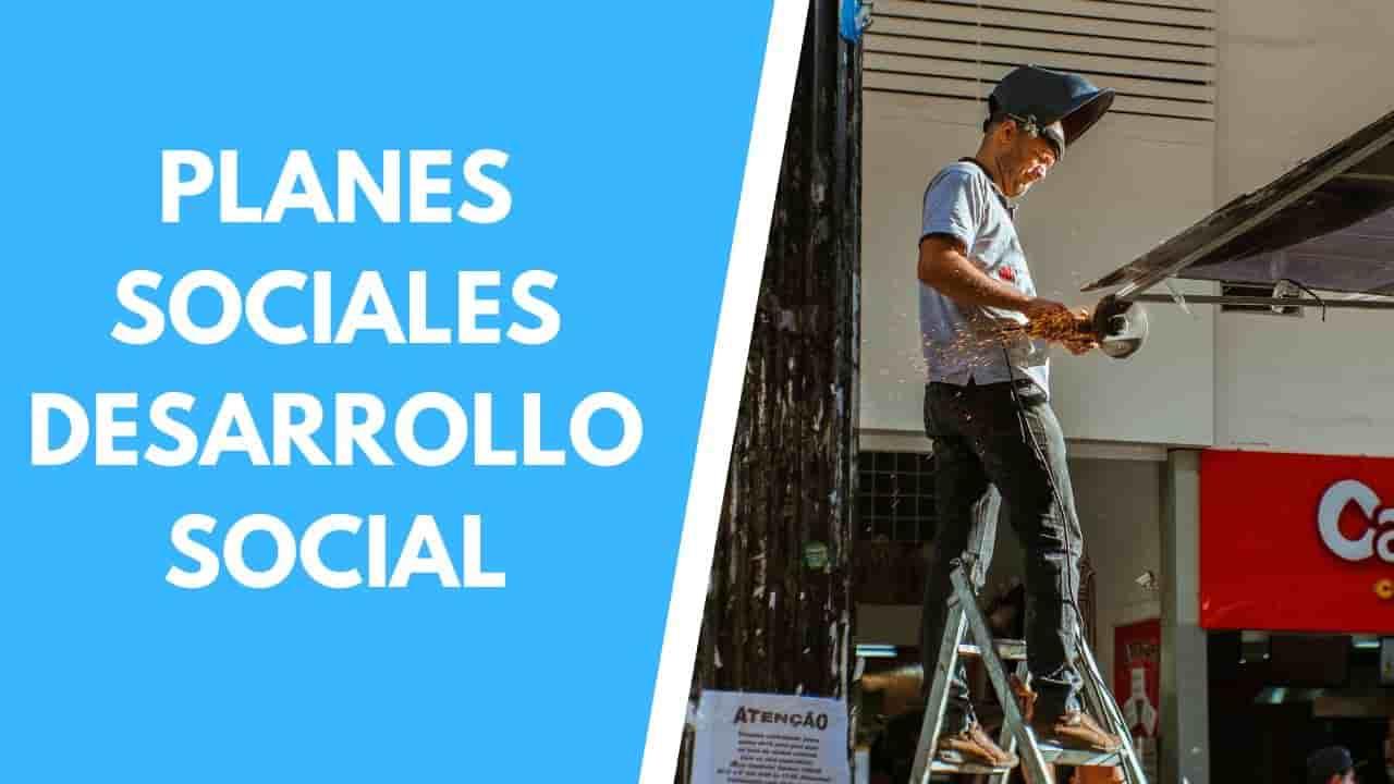 hombre trabajando en un plan social de desarrollo social